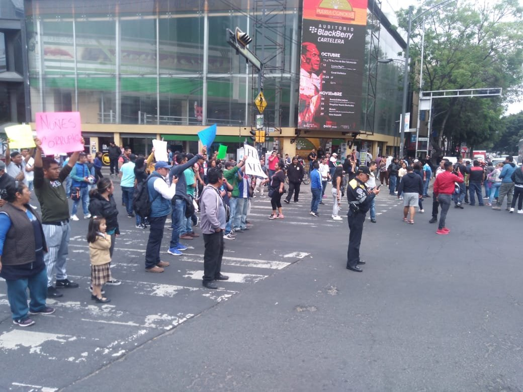 Foto Vendedores bloquean Eje 3 e Insurgentes por retirar puestos