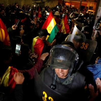 Policías se amotinan en Bolivia contra represión a opositores