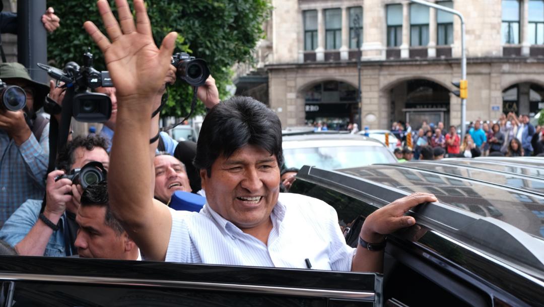 Foto: Evo Morales, expresidente de Bolivia, saluda a seguidores en la Ciudad de México