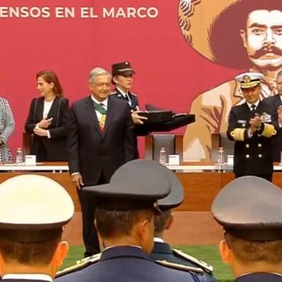 AMLO entrega ascensos y condecoraciones a militares