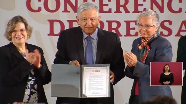 FOTO AMLO firma Acuerdo por la Igualdad, para empoderar a mujeres (YouTube)