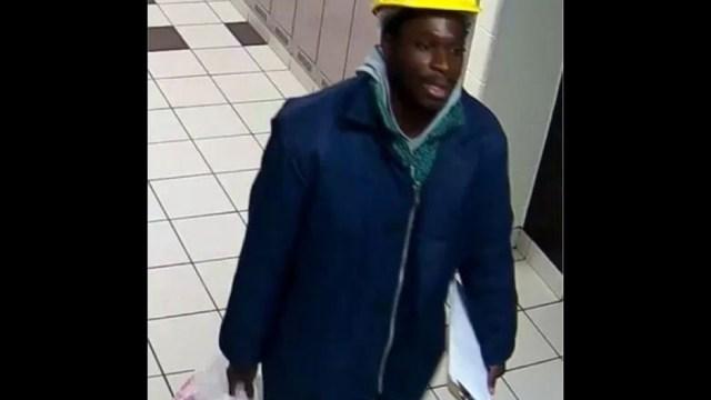 Foto: Imágenes de las cámaras de seguridad muestran a Opoku sonriendo mientras carga un balde, 27 noviembre 2019