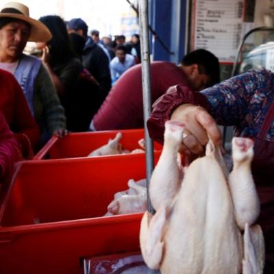 Bolivianos hacen filas por alimentos y combustibles