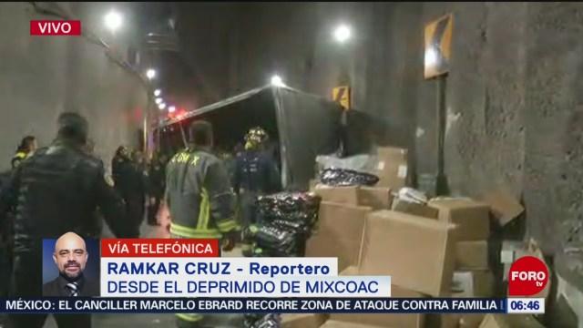 Bomberos atienden volcadura de camión en Mixcoac