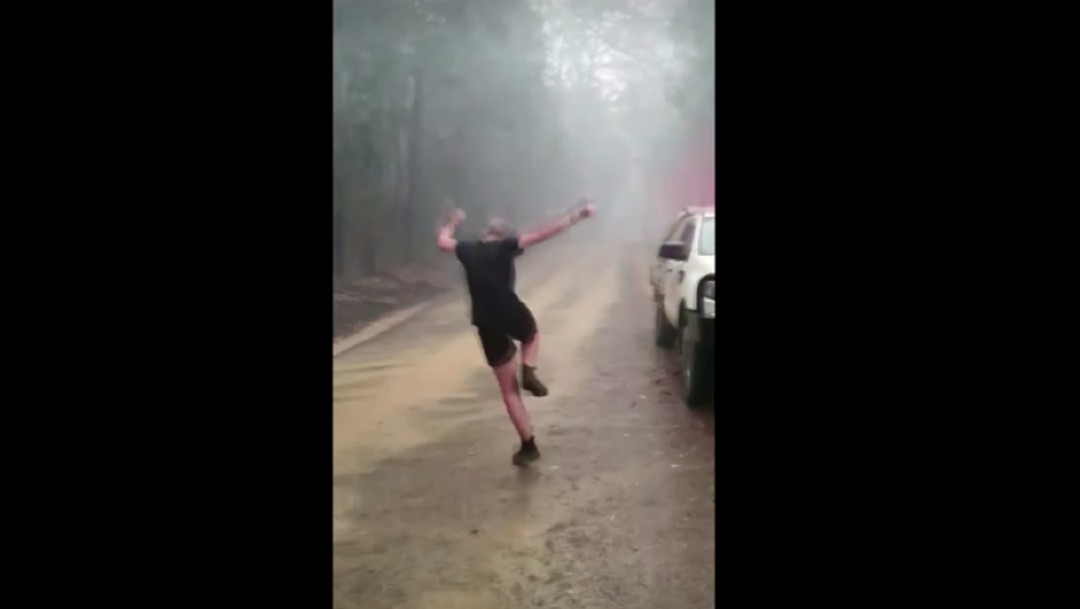 Foto: Bomberos celebran lluvia en Australia tras incendios forestales