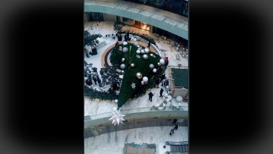 Foto: Cae árbol de Navidad en Plaza Manacar, CDMX