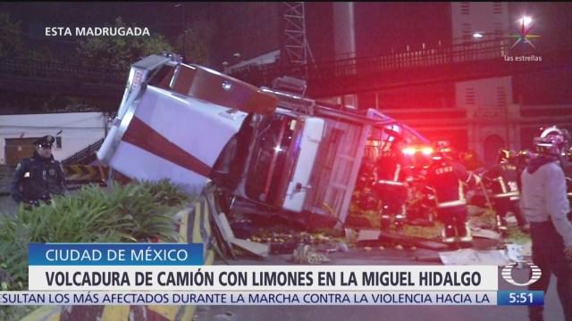 Camión con limones vuelca en la zona poniente de la CDMX