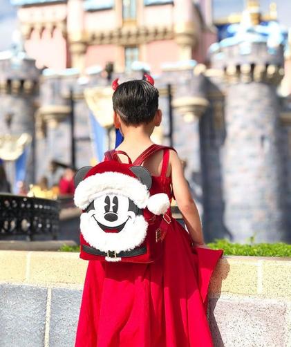 Foto: Madre cumple sueño hijo disfrazarlo princesa y llevarlo a Disneyland