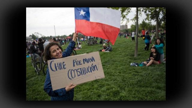 FOTO Chile acuerda histórico proceso para reemplazar Constitución, Bolsa se recupera (AP)