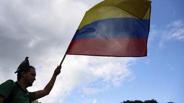 Foto: Una persona sostiene una bandera de Colombia, 23 noviembre 2019