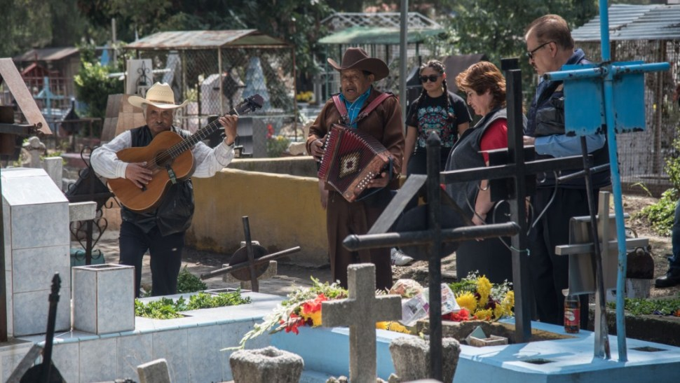 FOTO Con ofrendas, alumbradas y música, se celebra Día de Muertos en México. (Crisanta Espinosa Aguilar, Francisco Balderas, Mario Jasso, Isabel Mateos –