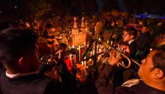 FOTO Con ofrendas, alumbradas y música, celebraN Día de Muertos
