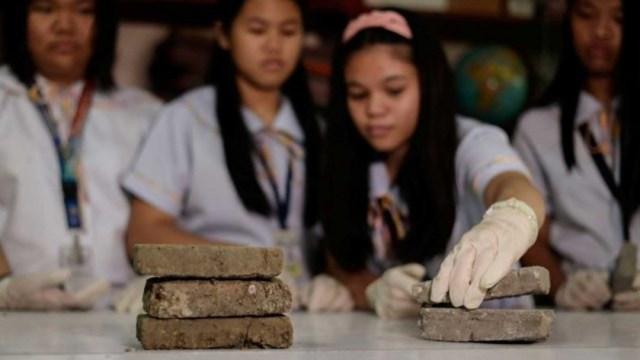 Foto: Estudiantes filipinos convierten excremento de perro en ladrillos, 15 de noviembre de 2019 (Reuters)
