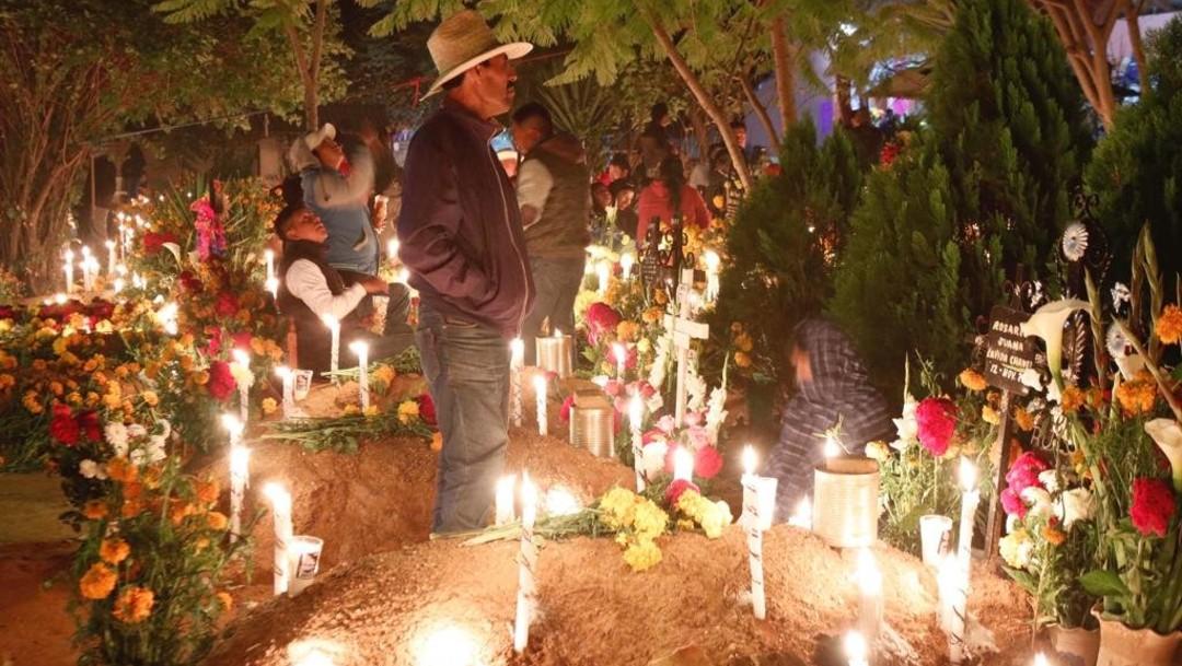 Foto: Esta antigua costumbre comienza el 31 de octubre en la noche con la Alumbrada, que es el encendido de cirios en las tumbas para iluminar el camino de regreso desde el más allá