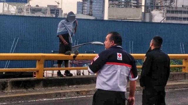Foto: Rescatan a hombre que amenazaba con suicidarse en la CDMX, 24 de noviembre de 2019, (Twitter @JerrxG13)