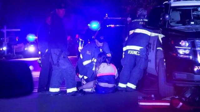 Foto: Una mujer es atendida por paramédicos tras un tiroteo en un fiesta de Halloween, 1 noviembre 2019