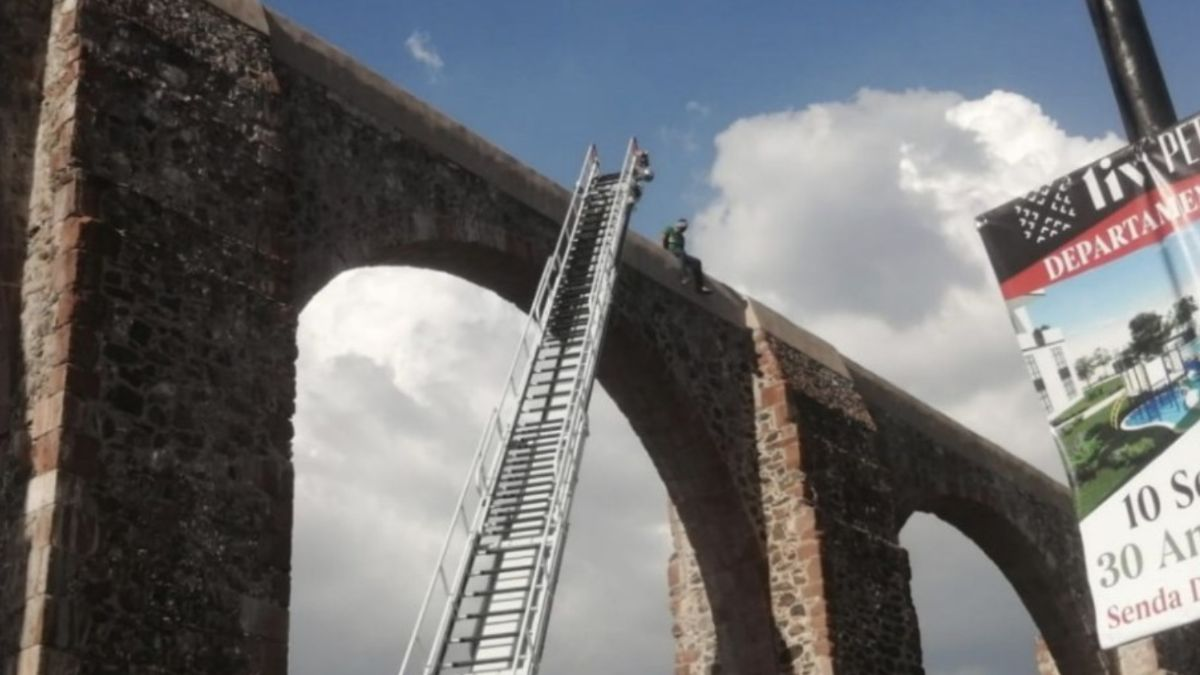 Foto: Bomberos de Querétaro colocaron una escalera para detener al hombre. YouTube/Still