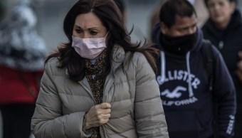 Foto: Una señora y un joven se cubren el rostro por el frío en la Ciudad de México. Cuartoscuro