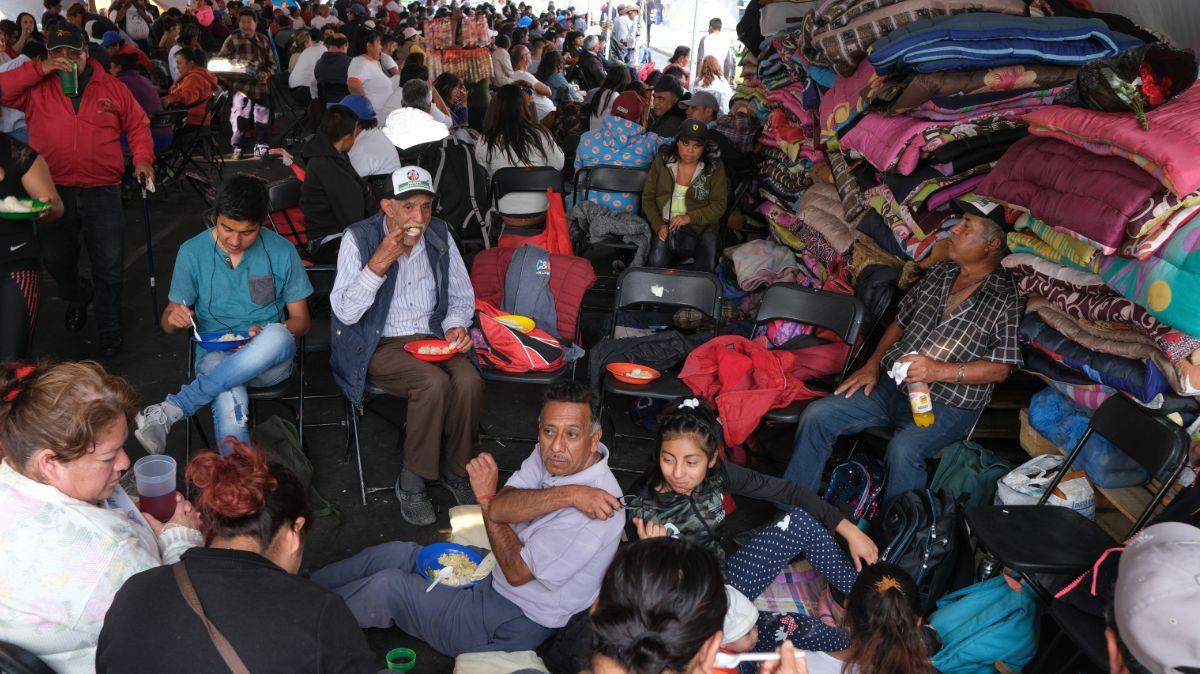 Foto: Campesinos comen durante bloqueo en la Cámara de Diputados. Cuartoscuro