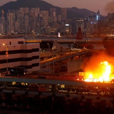 Siguen protestas en Hong Kong, hieren a policía con una flecha