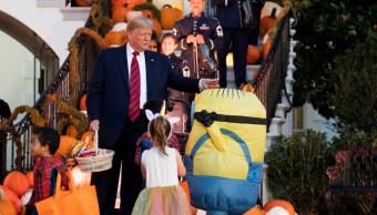 Foto: La 'extraña' entrega de dulces de Trump a un niño en Halloween