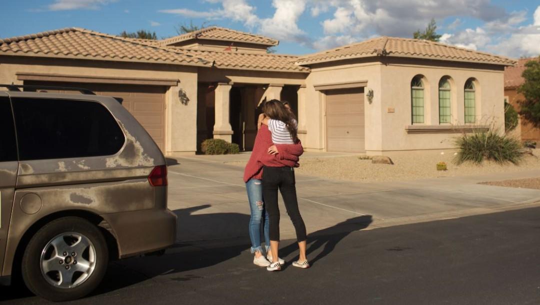 Foto: Madelyn Staddon, de 15 años, es consolada después de la noticia de la masacre a la familia LeBarón en Sonora, el 6 de octubre de 2019 (Reuters)