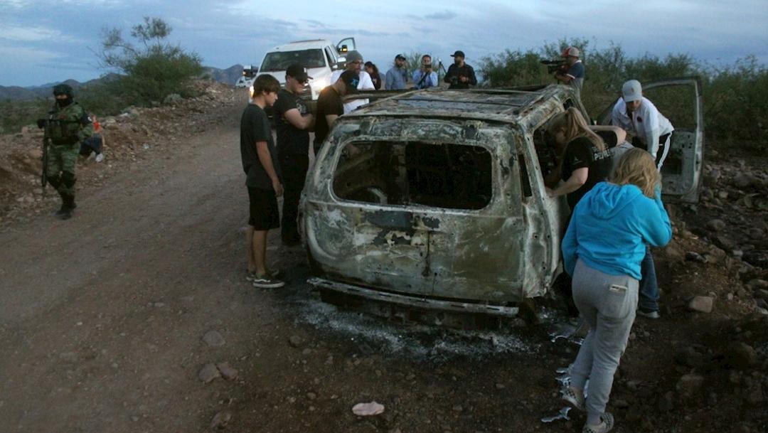 Foto: Miembros de la familia LeBarón observan el vehículo calcinado donde fueron ultimados sus familiares por un grupo organizado en Sonora, 8 noviembre 2019