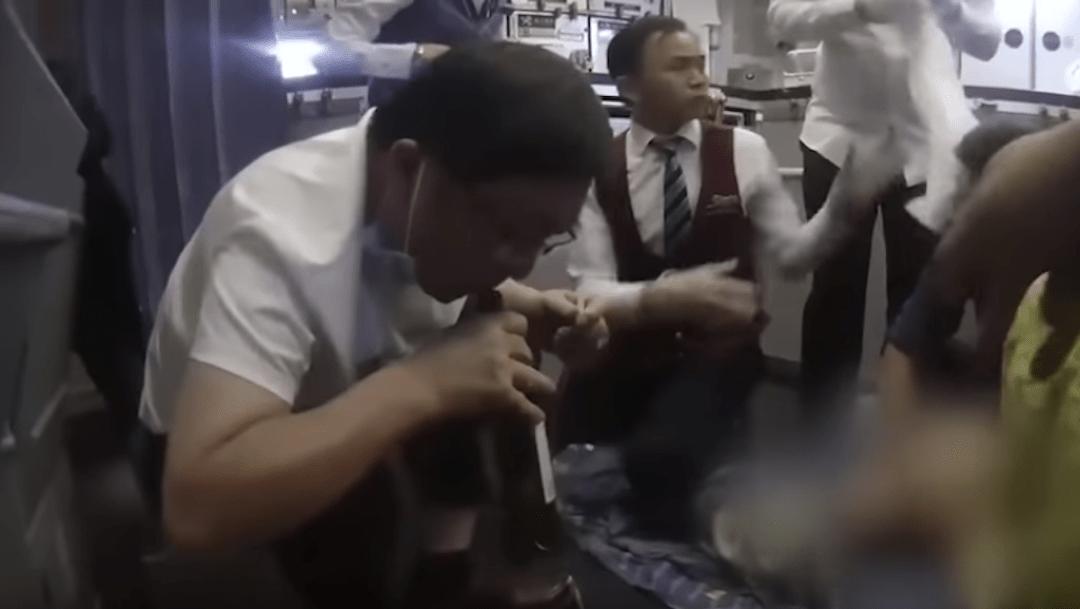 Foto Le succionan un litro de orina a pasajero para salvarle la vida en pleno vuelo 22 noviembre 2019