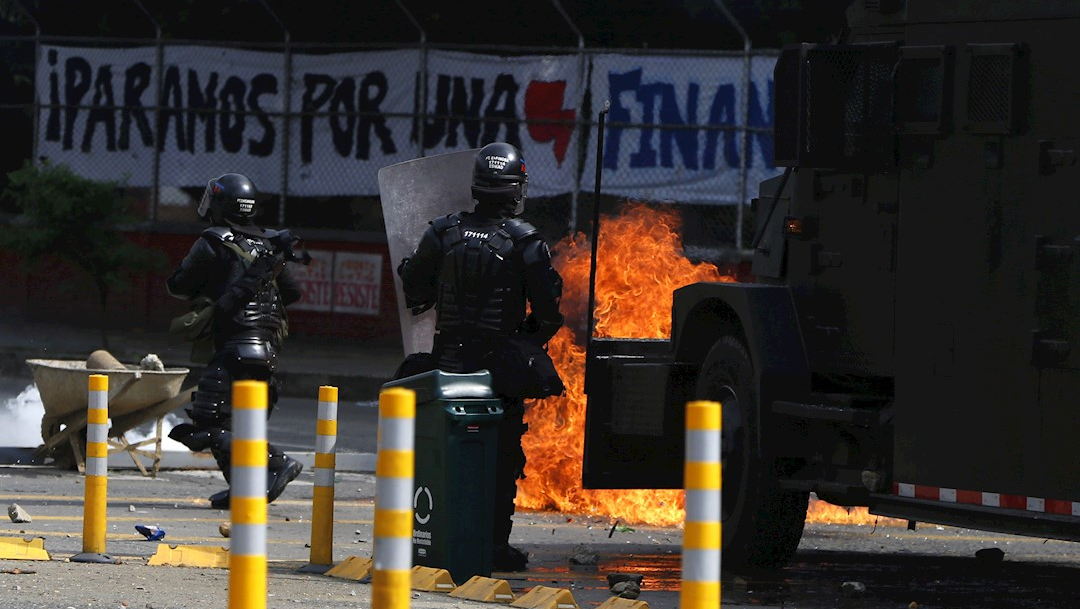 fOTO: Grupos de manifestantes se enfrentan a la policía y al Escuadrón Móvil Antidisturbios en Bogotá, Colombia