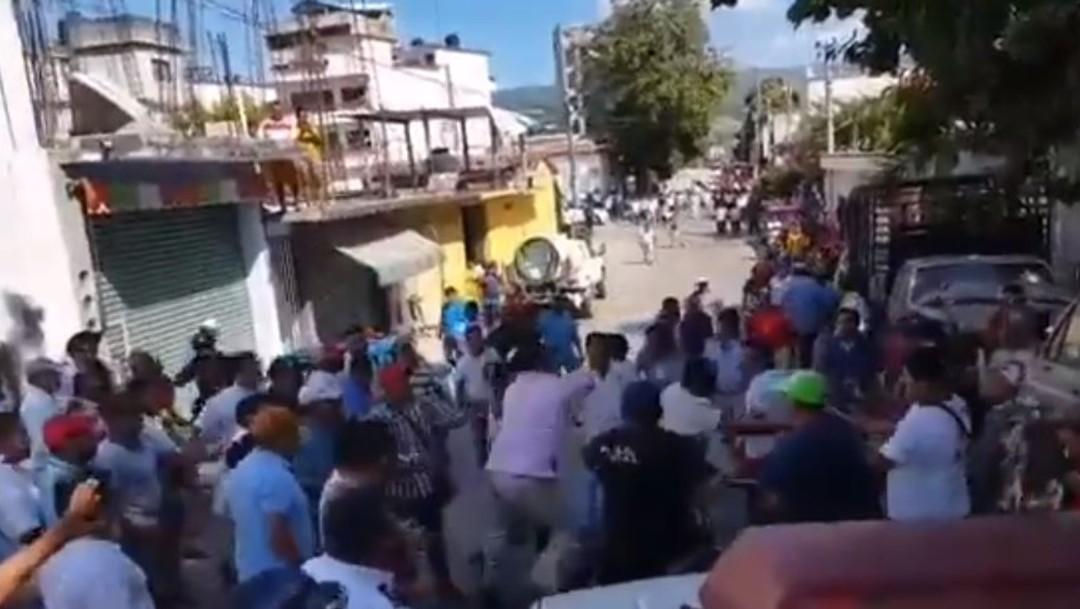 Mototaxistas y taxistas se enfrentan en Pinotepa Nacional