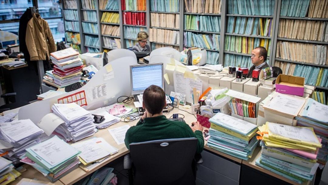 Un grupo de personas labora en su oficina, 4 febrero 2015