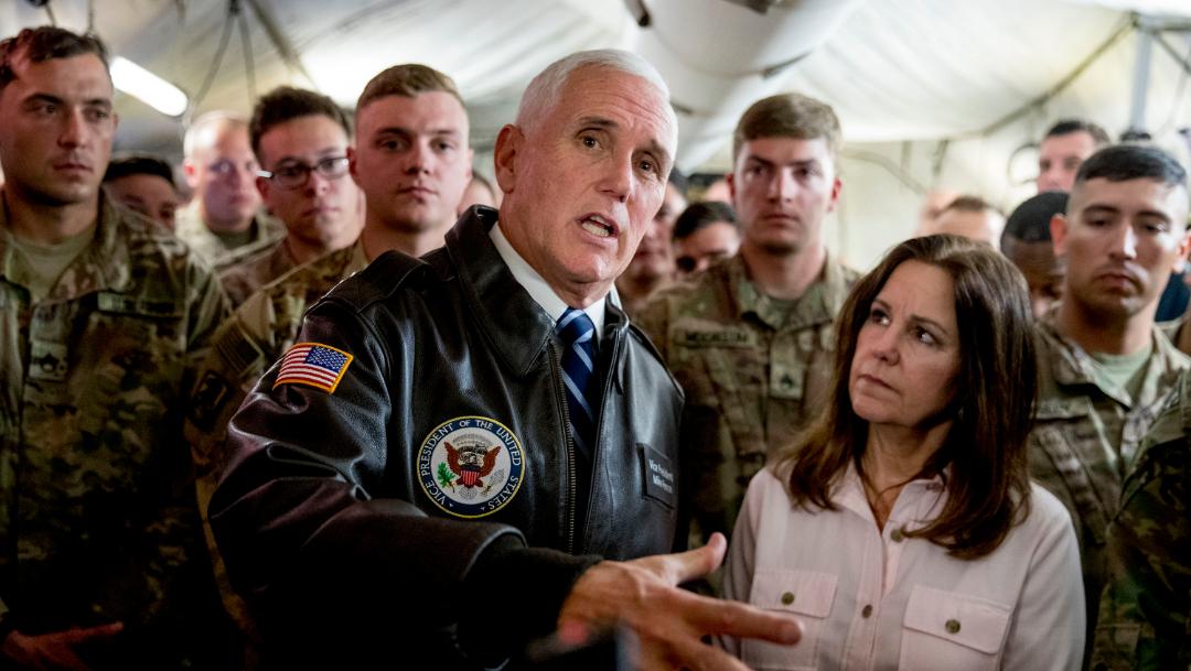 Foto: En su visita a la base área Al Asad, Pence y su esposa sirvieron una comida de Acción de Gracias a unos 150 militares estadounidenses, 23 de noviembre de 2019 (EFE)