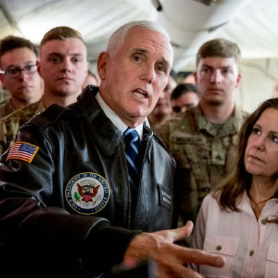 Mike Pence visita por sorpresa a las tropas estadounidenses en Irak