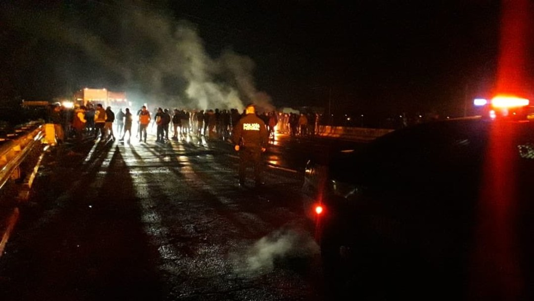 FOTOPobladores bloquean la México-Puebla, cerca de Texmelucan