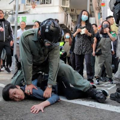 Policía de Hong Kong hiere de gravedad a manifestante; se intensifica violencia