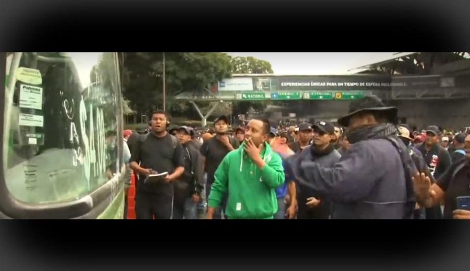 FOTO Policías federales realizan bloqueo en acceso al AICM (FOROtv)