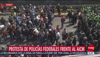 Policías federales liberan un carril de Circuito Interior, durante protesta