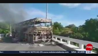 FOTO: Queman autobús bloquean carretera Acapulco-Zihuatanejo