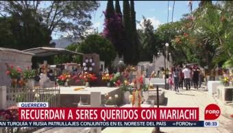 Recuerdan a sus seres queridos con mariachi en Guerrero