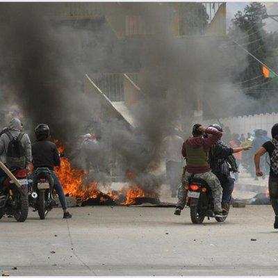 Renuncia ministro boliviano después de que manifestantes quemaran su casa