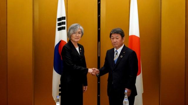 Foto: Los ministros de Asuntos Exteriores de Japón y de Corea del Sur, Toshimitsu Motegi y Kang Kyung-wha, durante la reunión del G20., 23 noviembre 2019