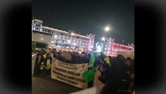FOTO Trabajadores del Seguro Popular protestan en Palacio Nacional (Instagram)
