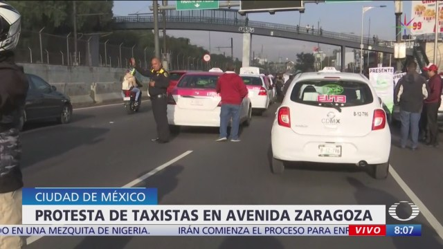 Taxistas bloquean varios carriles de Calzada Ignacio Zaragoza