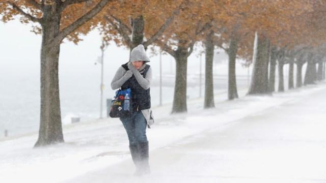 FOTO Tormenta invernal congela a Estados Unidos, el frío se extiende hasta Texas; en la imagen, calles de Chicago (AP)