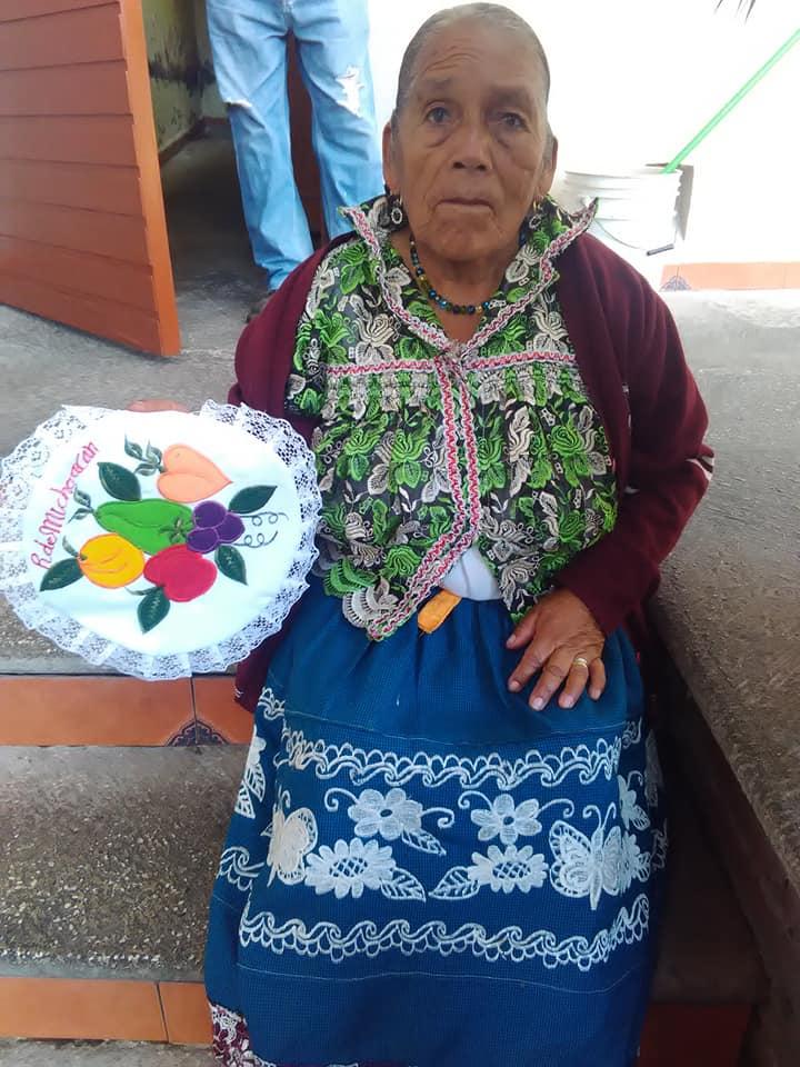Artesana-purepecha-mujer-indigena-servilletas-Uruapan