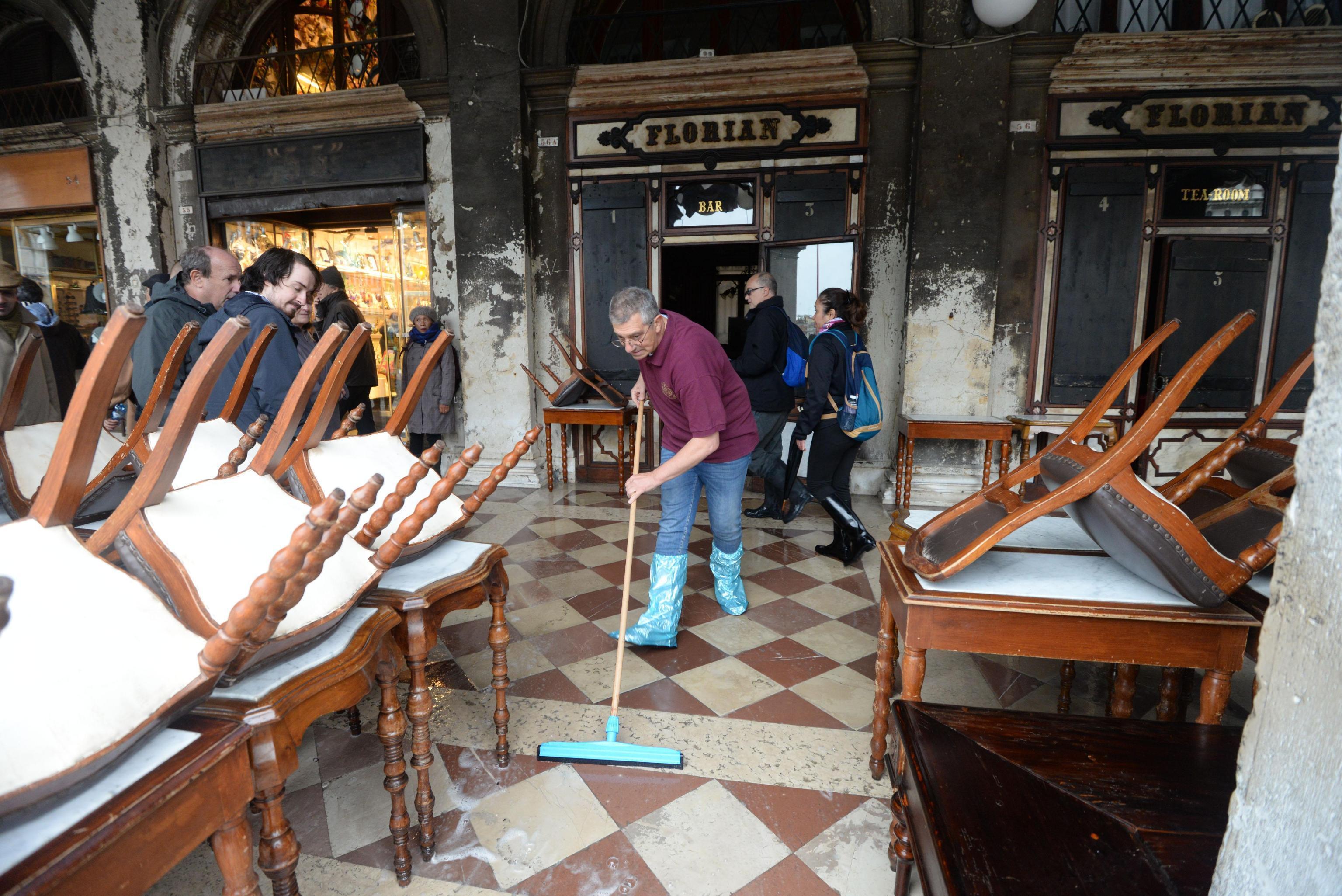 FOTO Cambio climático, causa de marea récord en Venecia, dice alcalde (AP)