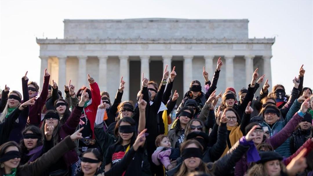 Foto: El performance en contra de la violencia sexual se mezcló con gritos sobre la situación en Chile y contra la migración, en alusión a las autoridades en Estados Unidos