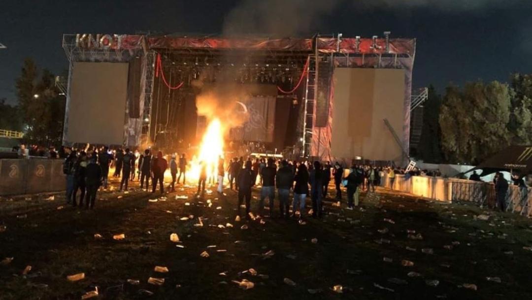 Foto_: Turba enardecida quema instrumentos en el Knotfest México, 1 diciembre 2019