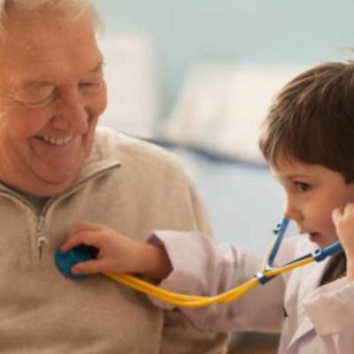 Abuelos que cuidan a sus nietos viven más: Estudio