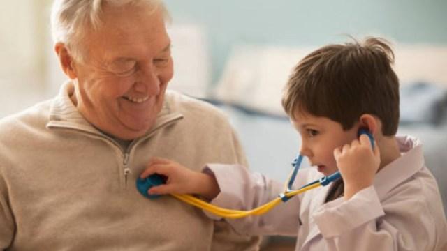 Imagen: La convivencia de las personas mayores con sus nietos les ayuda a prevenir el deterioro cognitivo y enfermedades crónicas como el Alzheimer y la demencia